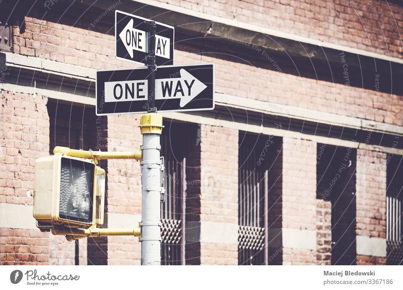 Retro-stilisiertes Bild von Einbahnstraßenschildern in New York. Ferien & Urlaub & Reisen Gebäude Verkehrswege Straße Verkehrszeichen Verkehrsschild Pfeil retro