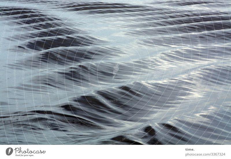 Wassermeditation ostsee meer wasser wellen wolken reflexion spiegelung lebendig Kielwasser sonnig linien schatten Wellental Wellenkamm wellengang