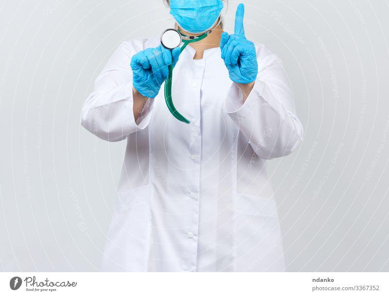 Medizinerin im weißen Kittel und mit Maske Gesundheitswesen Behandlung Krankheit Medikament Arbeit & Erwerbstätigkeit Beruf Arzt Krankenhaus Werkzeug Mensch