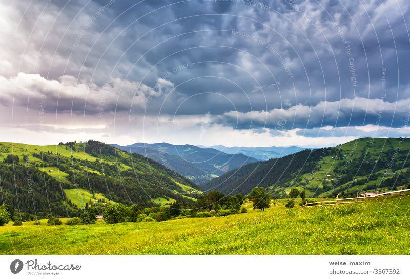 Sommerregen im Bergtal Regen Berge Unwetter Wolken bedeckt Dorf ländlich Wiese Tag Ökologie Hügel Tal Hütte Haus dramatisch Straße malerisch Licht Landschaft