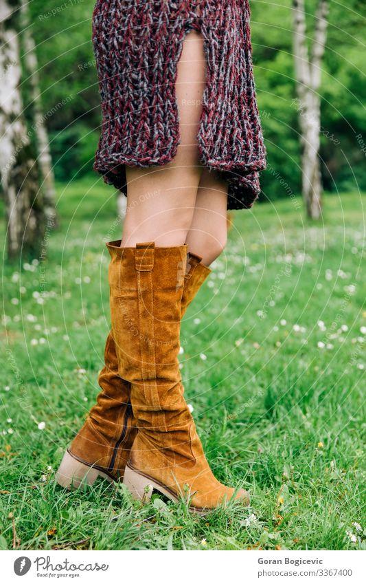 Junge Frau in Strickkleidern im Park Lifestyle Stil schön Sommer Mensch Jugendliche Erwachsene Beine 1 18-30 Jahre Herbst Mode Bekleidung Kleid Pullover Stiefel