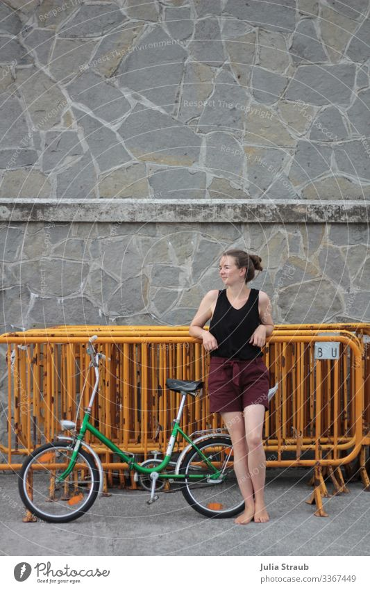 Fahrradtour Pause Frau Absperrung Mensch Ferien & Urlaub & Reisen Sommer Erholung Erwachsene gelb Wand feminin Glück Tourismus Mauer retro frei Lächeln