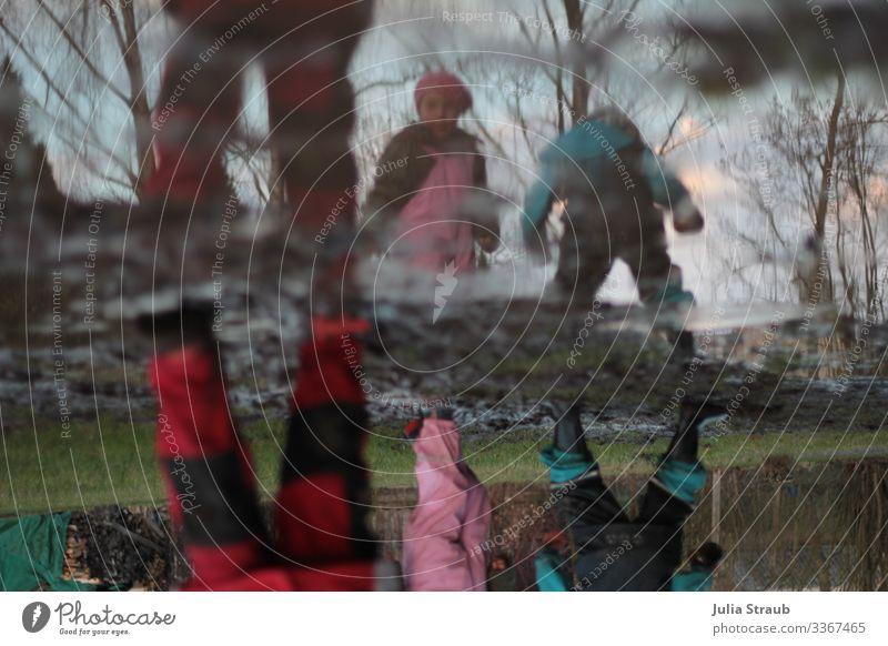 Pfütze Matsch Kinder spielen Mensch Natur Wasser Beine Herbst Wiese Bewegung Spielen braun Regen frei Feld dreckig Kindheit stehen