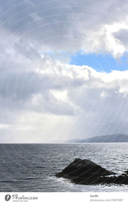 Licht und Schatten auf dem schottischen Meer Stille schottischer See Ruhe Einsamkeit Seeufer Romantik nordisch beruhigend natürlich ruhiges Wasser