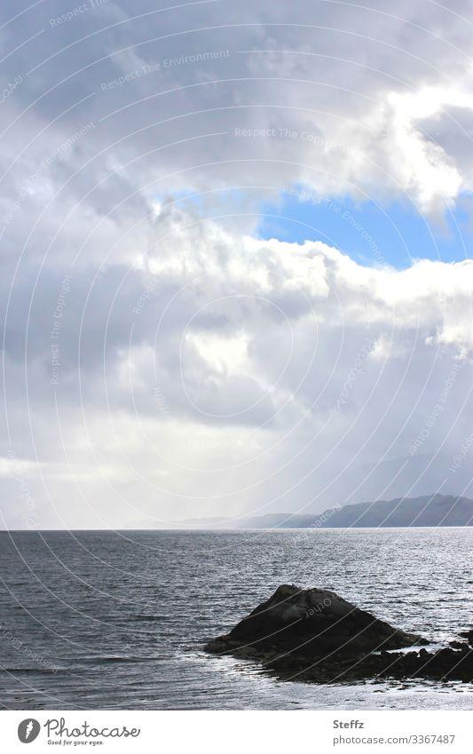 Licht und Schatten auf dem schottischen Meer Stille Ruhe See Einsamkeit Seeufer Romantik nordisch beruhigend natürlich ruhiges Wasser Horizont geheimnisvoll