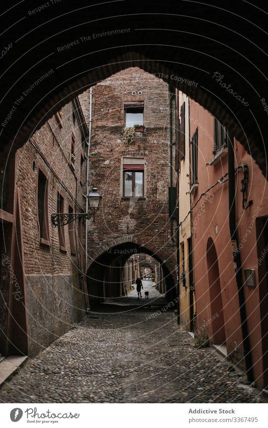 Bogen öffnet Durchgang zur engen Straße in der Stadt alt Haus Architektur reisen Stein Gebäude traditionell Ausflugsziel urban Großstadt Kultur Szene typisch