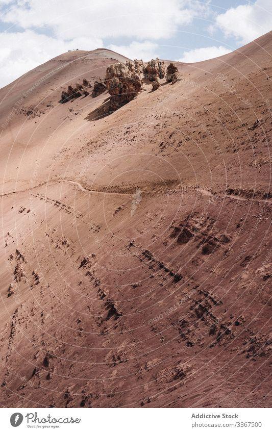 Wanderer an steiler Bergwand unter bewölktem Himmel Berge u. Gebirge Felsen reisen Abenteuer Tourist Wanderung Trekking Top Klippe Freiheit Aktivität Gipfel