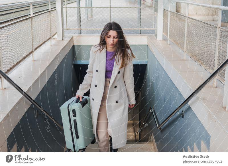 Frau mit Koffer beim Treppensteigen reisen Station Aufstieg Spaziergang nach oben Feiertag Großstadt jung Transport Ausflug Passagier trendy Ausflugsziel