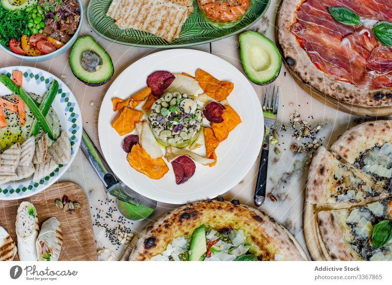 Bohnenschale auf dem Tisch Speise Bestandteil frisch Sortiment lecker Mahlzeit Fleisch Speisekarte Platte Teigwaren Portion Restaurant serviert Snack