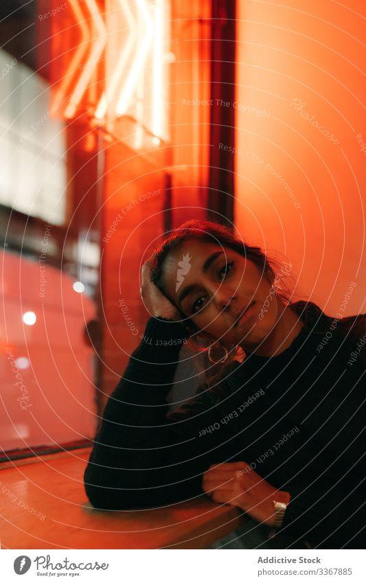 Verträumte ethnische Frau schaut in die Kamera am Fenster verträumt ruhen traumhaft lässig gemütlich Denken Menschliches Gesicht sanft wunderbar jung