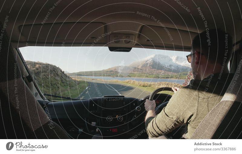 Unbekannter Mann fährt Auto in Irland Laufwerk PKW Straße Mitfahrgelegenheit Fahrzeug Berge u. Gebirge Gelände Feiertag männlich lenken Transport reisen