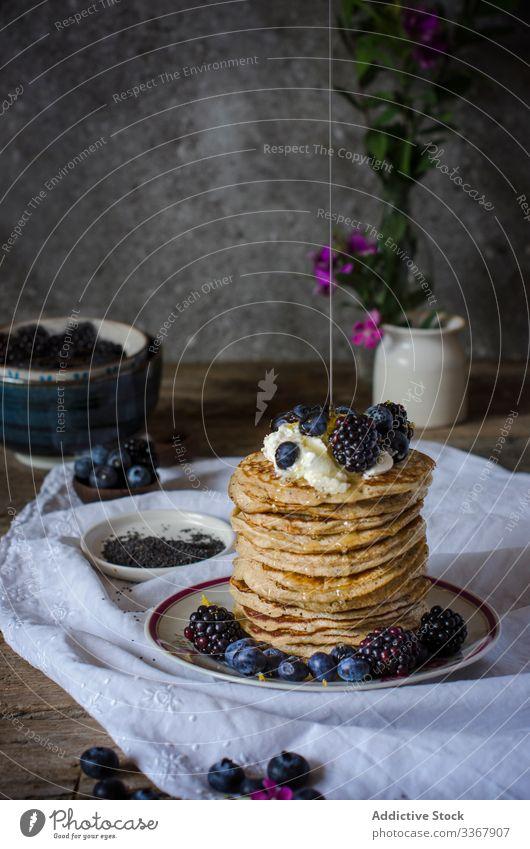 Leckere Pfannkuchen mit Brombeeren und Heidelbeeren Queso-Ricotta Beeren süß Frühstück Lebensmittel Himbeeren Stapel Mahlzeit Morgen Gesundheit frisch Teller