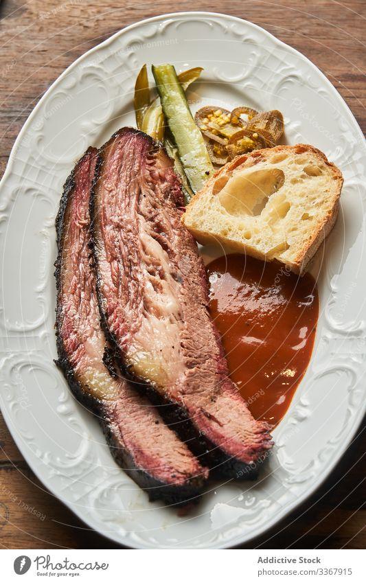 Steak mit Sauce und Brot auf Teller Speise Scheibe Saucen dienen Ketchup gebraten Lebensmittel Abendessen Fleisch gegrillt Mahlzeit Mittagessen frisch