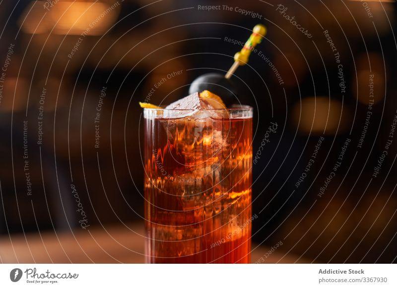 Roter Alkoholcocktail mit Schwarzolive Cocktail trinken klassisch rot Glas hochball Eis Abfertigungsschalter Bar kalt Reichtum Aperitif Lebensmittel Vodka