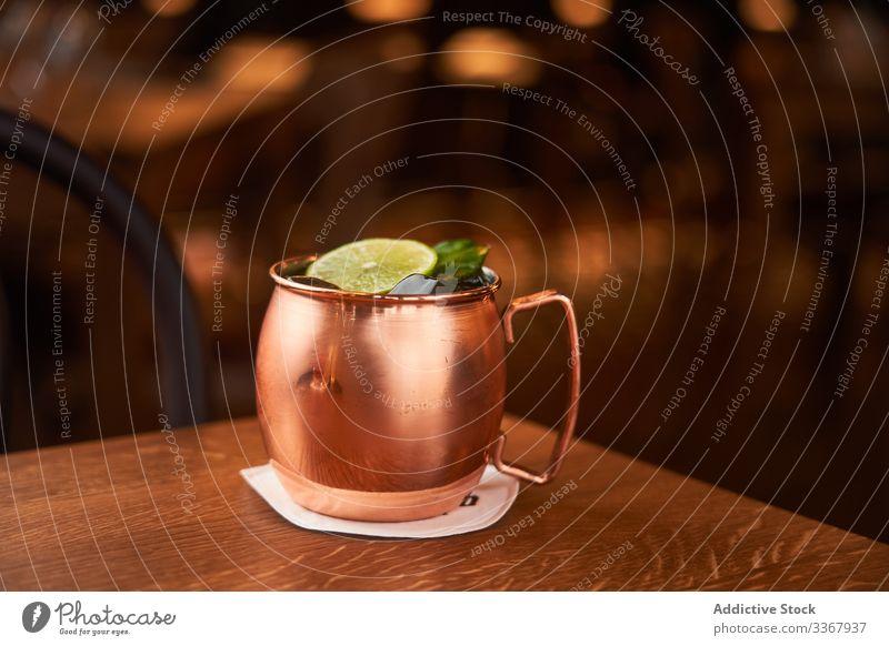 Moskauer Maultier-Cocktail im Kupferbecher Alkohol klassisch moskauer maultier Vodka Becher kupfer Whiskey trinken Getränk Kalk Bier Ingwer Bar gelb