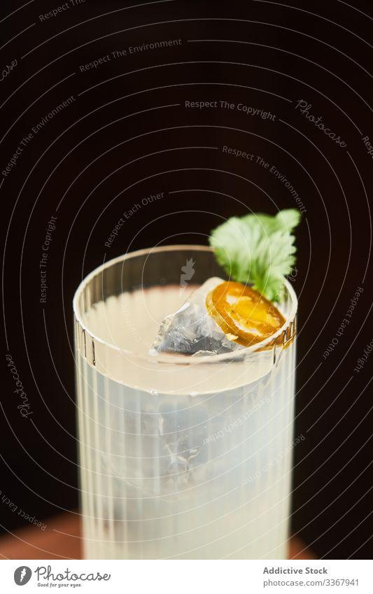 Glas Alkoholgetränk mit Tonikum Cocktail Tonic trinken klassisch Vodka Gin hochball Getränk Bar weiß Reichtum Aperitif Zitrone traditionell frisch liquide