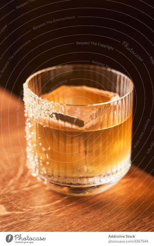Glas alkoholisches Whisky-Getränk Alkohol Cocktail Whiskey trinken klassisch rot kurz Eis Zucker Bernstein Abfertigungsschalter Bar kalt Reichtum Aperitif