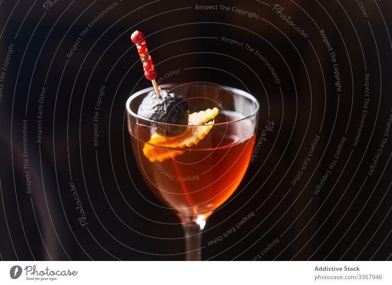 Manhattan-Cocktail mit Garnierung auf dunklem Hintergrund Alkohol klassisch trinken rot Bourbon vermut Glas Bar kalt Reichtum Aperitif Lebensmittel frisch