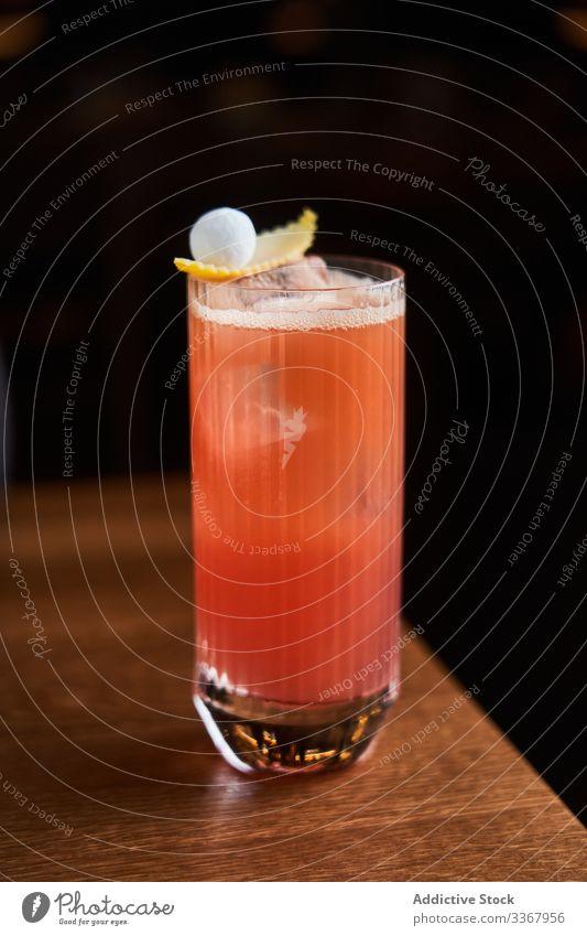 Roter Cocktail mit Orangensaft Alkohol trinken klassisch rot Glas hochball Eis orange Abfertigungsschalter Bar kalt Reichtum Aperitif Lebensmittel Vodka