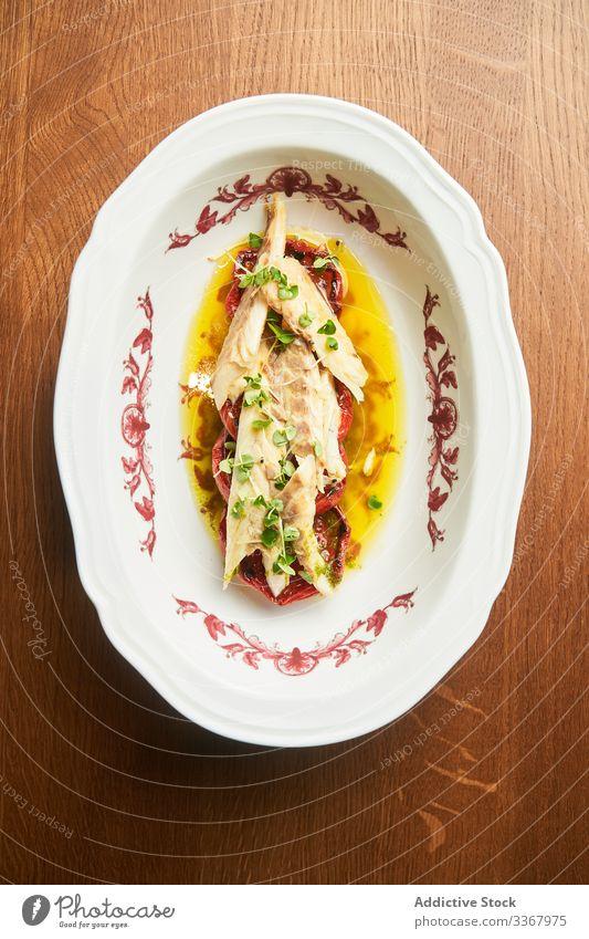 Leckeres Thunfischfleisch mit Gemüse auf dem Teller Fleisch lecker Tomate geschmackvoll Fisch Lebensmittel frisch Abendessen Mahlzeit Meeresfrüchte Speise