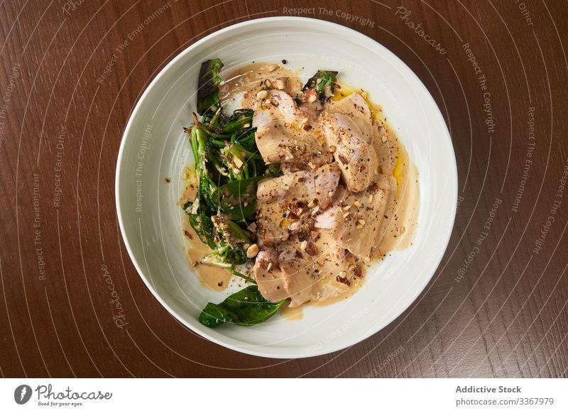 Leckere Hühnermahlzeit mit Gemüse auf dem Teller Hähnchen Mahlzeit gekocht grün serviert geschmackvoll lecker Fleisch Lebensmittel Mittagessen Abendessen