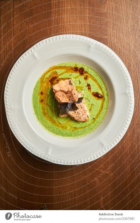 Köstliches Thunfischfleisch mit Basilikum auf Teller Fleisch lecker Gewürz Saucen Spielfigur geschmackvoll Fisch Lebensmittel frisch Abendessen Mahlzeit