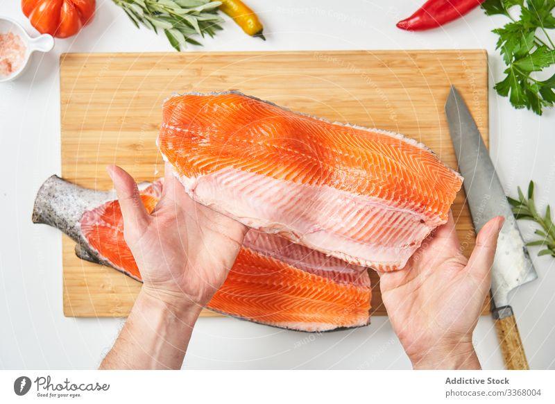 Verfahren zum Schlachten von Frischfisch Essen zubereiten Prozess Meeresfrüchte roh Fisch Lachs Schneiden Messer Küchenchef Bestandteil Kraut Gewürze