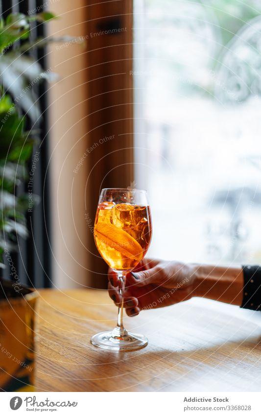 Spritz-Cocktail in Frauenhand trinken Getränk Alkohol Restaurant spritzen Aperol campari Scheibe orange Dame Hand Arme modern Glas stylisch stilvoll elegant Pub