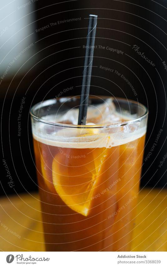 Kaffee-Cocktail mit Zitrone im Restaurant Eis kalt Bohne Scheibe Tube trinken Getränk gelb Saft frisch Minze dekoriert serviert Café Glas Alkohol Bar Lifestyle