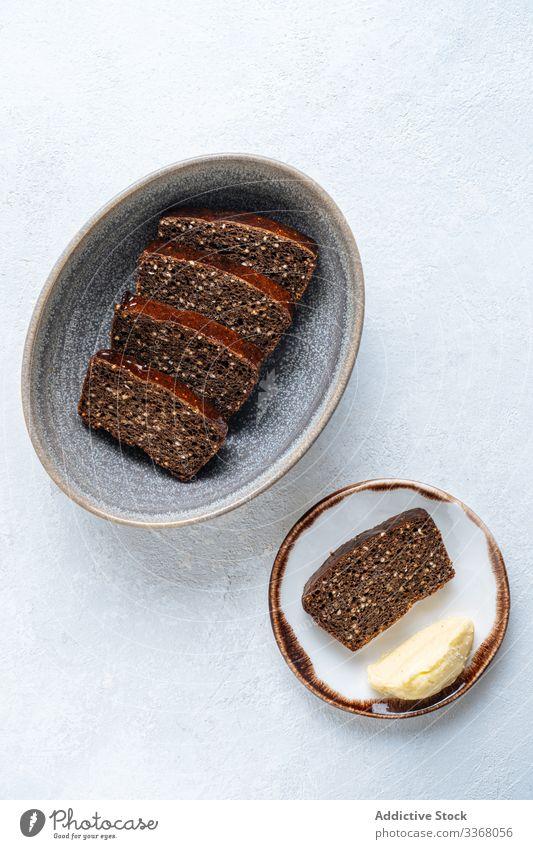 Stückchen Roggenbrot und Butter Frühstück Brot Snack rustikal Scheibe Teller bran Zutaten Mahlzeit Lebensmittel Ernährung Mittagessen Gesundheit lecker frisch