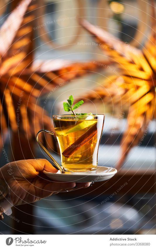 Rum-Apfel-Grog mit Anis Cocktail trinken Getränk heiß Saison Alkohol Zitrone Scheibe Zimt Bar Glas Hand Arme Abend farbenfroh Pub Restaurant Lifestyle