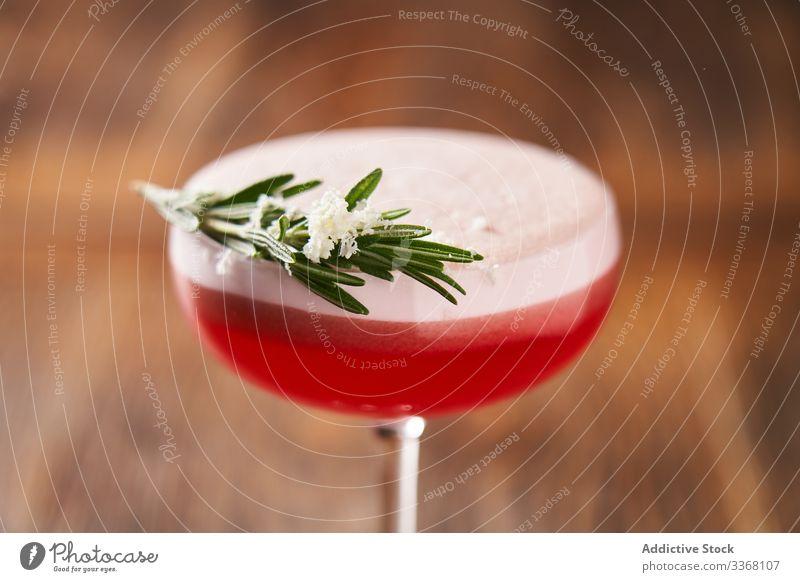 Perfekt servierter Clover-Club-Cocktail trinken Getränk Alkohol Glas modern Stil Himbeeren Klee-Club Gin Kalk Saft gemischt Bar Lifestyle Reichtum Sommer Spaß