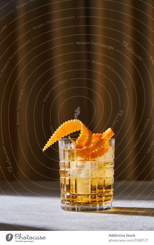 Altmodischer Cocktail auf dem Tisch im Pub altmodisch Bar Alkohol Whiskey sich[Akk] schälen orange trinken Glas Tasse Getränk Eis kalt cool klassisch Schnaps
