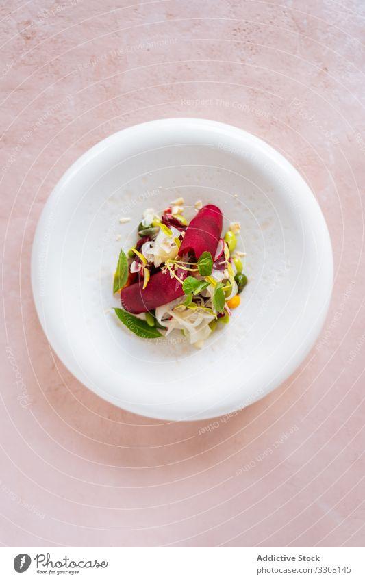 Exquisiter Gemüsesalat auf Teller Salatbeilage Restaurant Lebensmittel Speise Feinschmecker Gesundheit Abendessen frisch Mahlzeit lecker Küche gekocht