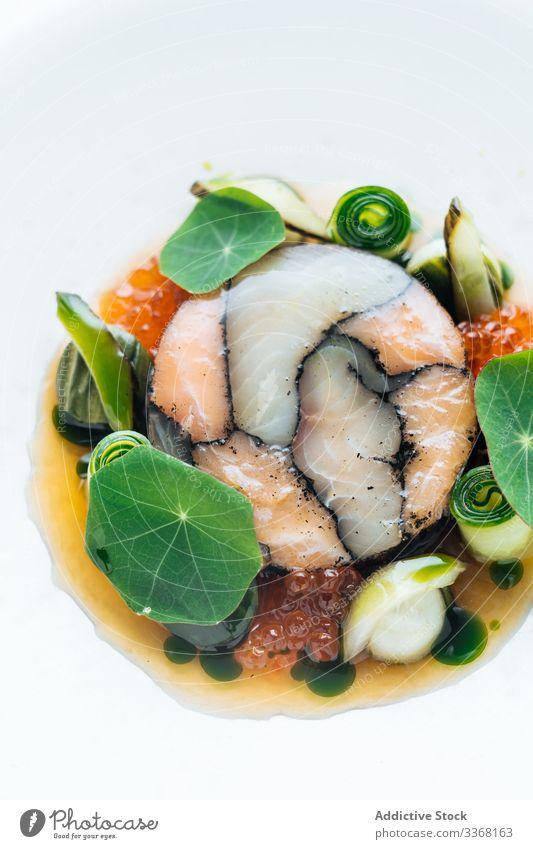 Geleefisch mit Kaviar und Gemüse Fisch Lebensmittel in Gelee Kraut frisch serviert Speise Meeresfrüchte Gesundheit Diät lecker geschmackvoll köstlich