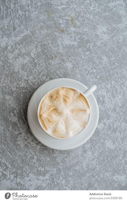 Tasse Cappuccino auf grau strukturiertem Hintergrund Kaffee Kunst Latte trinken heiß Getränk Untertasse Bierschaum schäumen Frühstück Café Morgen Koffein Pause