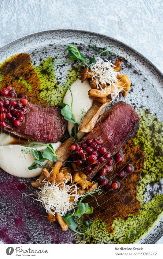 Seltenes Steak mit Preiselbeersauce selten Saucen Preiselbeere süß Käse Pilz Kraut Fleisch Teller Rindfleisch Lebensmittel Mahlzeit aufgeschnitten Spielfigur