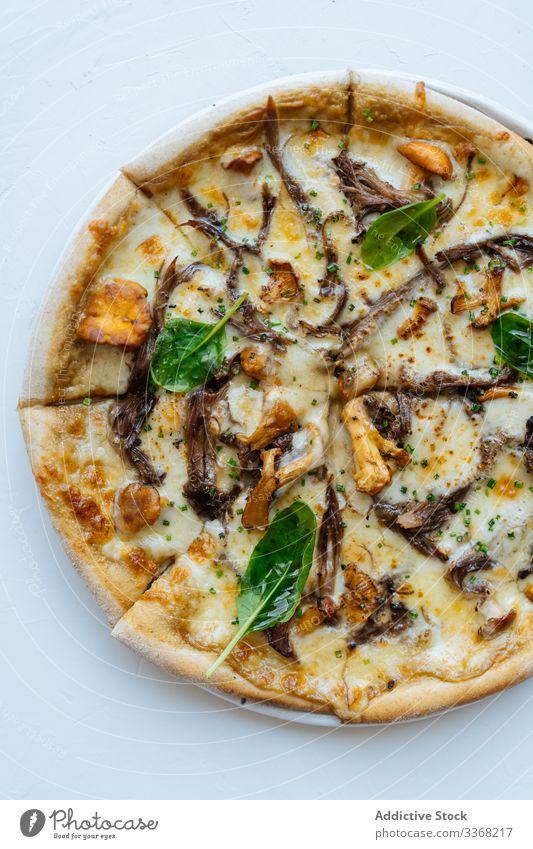 Pizza mit Meeresfrüchten in Scheiben mit Champignons und Basilikum Käse Pilz Speise geschmackvoll Portion versuchen Sie warm heiß Spielfigur Kraut Bestandteil