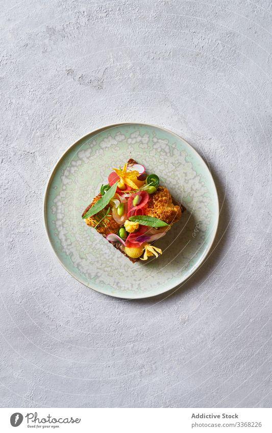 Exquisites Sandwich mit Gemüse und Blumen Belegtes Brot Café Teller Kraut Dekor Lebensmittel Mittagessen Mahlzeit tropisch exotisch Restaurant Dienst Snack