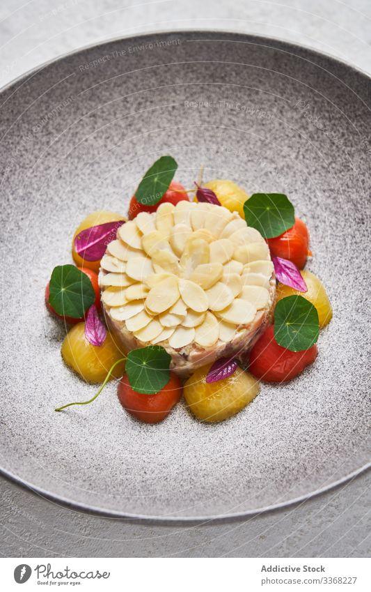 Fischtatar mit Mandeln und Kirschtomaten tartare Restaurant serviert Teller Portion Exquisit Kraut Abendessen roh Küche Amuse-Gueule Lebensmittel Speise