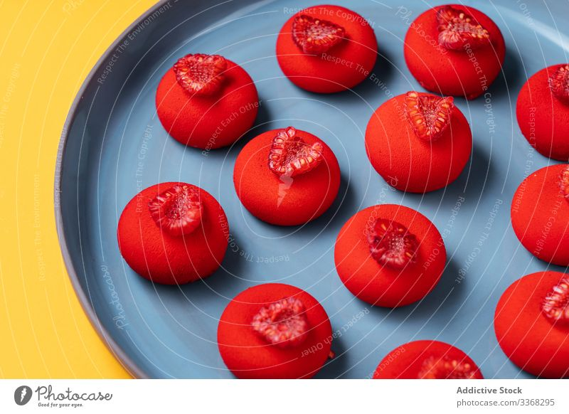 Hellrotes Dessert auf Teller Himbeeren Ball süß Lebensmittel Gebäck farbenfroh hell geschmackvoll Küche Speise lecker Zucker Kalorie Portion gebacken