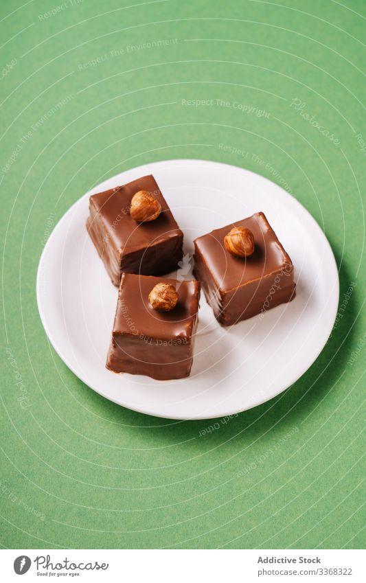 Schokoladendessert mit Haselnüssen auf dem Teller Dessert Haselnuss Zuckerguß süß Lebensmittel Gebäck geschmackvoll Küche Speise lecker Kalorie Portion