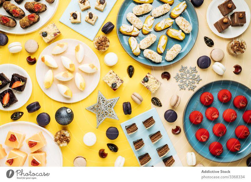 Verschiedene Desserts und Weihnachtsdekorationen Weihnachten Dekor Gebäck verschiedene Feiertag Winter süß Lebensmittel Teller Kulisse Sammlung viele Keks