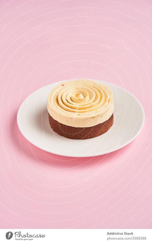 Leckere Desserts mit Sahnespirale süß Spirale Dekor Lebensmittel Gebäck Holzplatte geschmackvoll Küche Speise lecker Zucker Kalorie Portion Spielfigur gebacken
