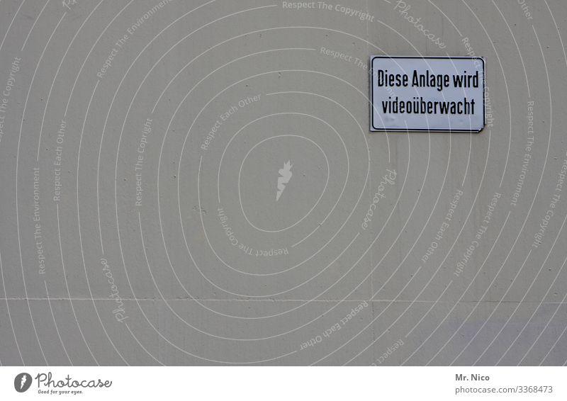 Videoüberwachung Überwachung Überwachungsstaat Überwachungskamera Sicherheit Hauswand Mauer Hinweisschild Schilder & Markierungen beobachten Kontrolle Schutz