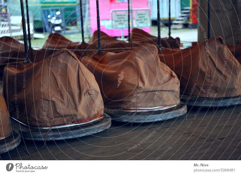 Außer Betrieb Autoscooter Kirmes Jahrmarkt Freizeit & Hobby Karussell Attraktion Plane Rummel Fahrgeschäfte Vergnügungspark Schausteller Auto-Skooter stehen