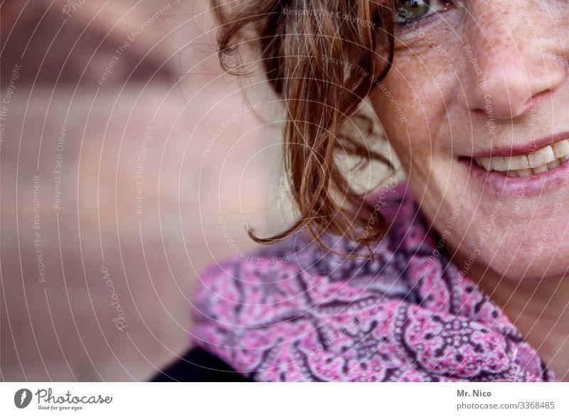 Porträt Accessoire Schal Gesicht Haare & Frisuren Frau feminin natürlich Haut authentisch Persönlichkeit Ausstrahlung sympathisch Lächeln hübsch gedanken