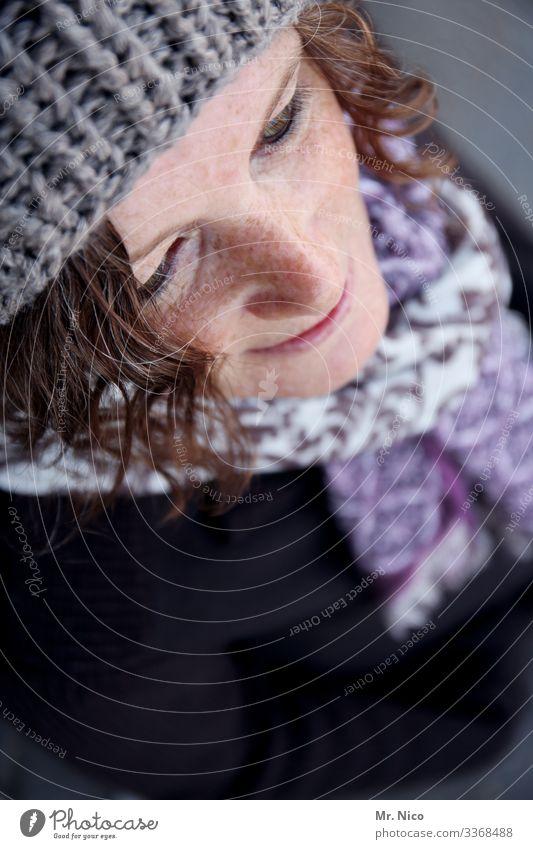 Portrait Vogelperpektive Gesicht Nase Haut Sommersprossen Haare & Frisuren Mütze Schal Accessoire natürlich hübsch Mode Lifestyle Locken Lächeln Zufriedenheit