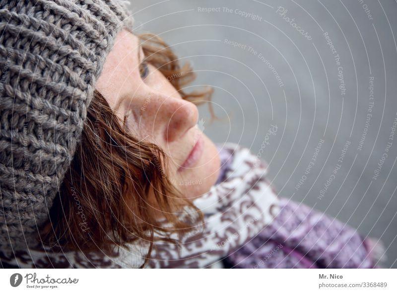 Portrait Vogelperspektive  - 2 - Sympathie Warmherzigkeit Lifestyle Locken Zufriedenheit Mode hübsch natürlich Accessoire Haare & Frisuren Mütze Schal