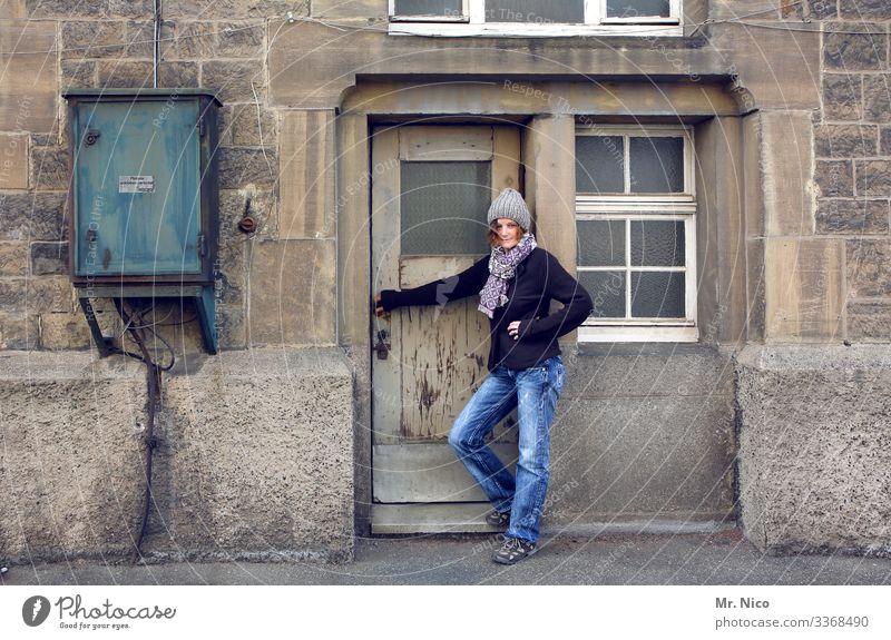 Vor der Haustür kaputt alt Eingang Eingangstür Altstadt Wohnung Fassade Gebäude Holztür Tür warten Stromkasten Stadt Dorf Kleinstadt grau Häusliches Leben